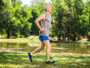 gammal man joggar