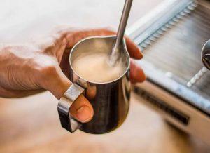 Mjölkskummare på espressomaskin