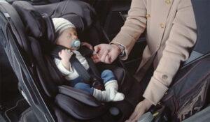 Axkid One+ bilbarnstol med nyfödd bebis